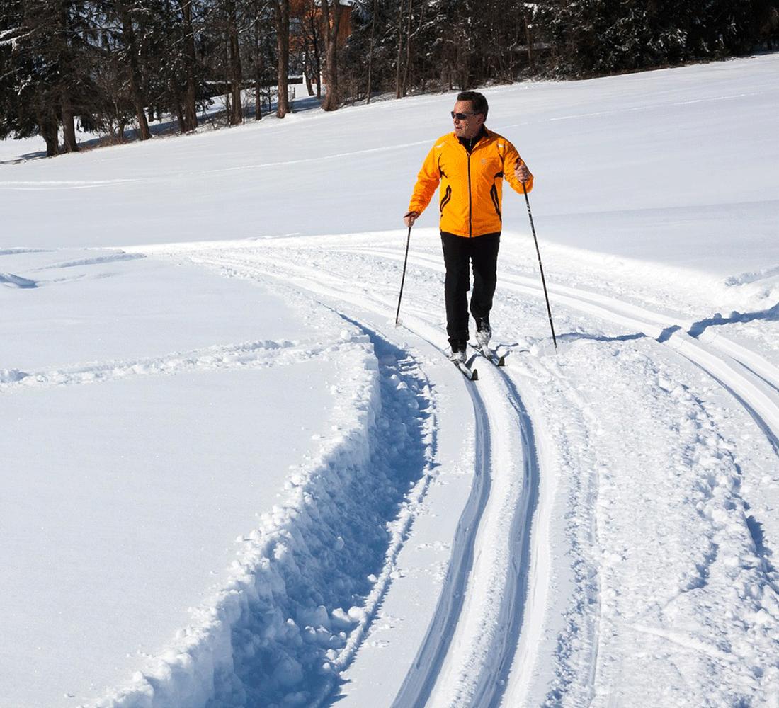 Mann beim Langlaufen im Winterurlaub Tirol Alpbach