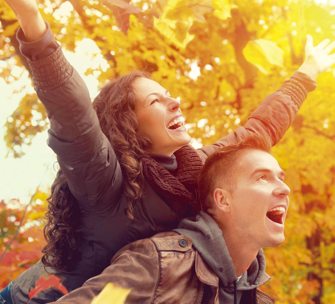 Lachendes Paar im Herbsturlaub Alpbach Tirol