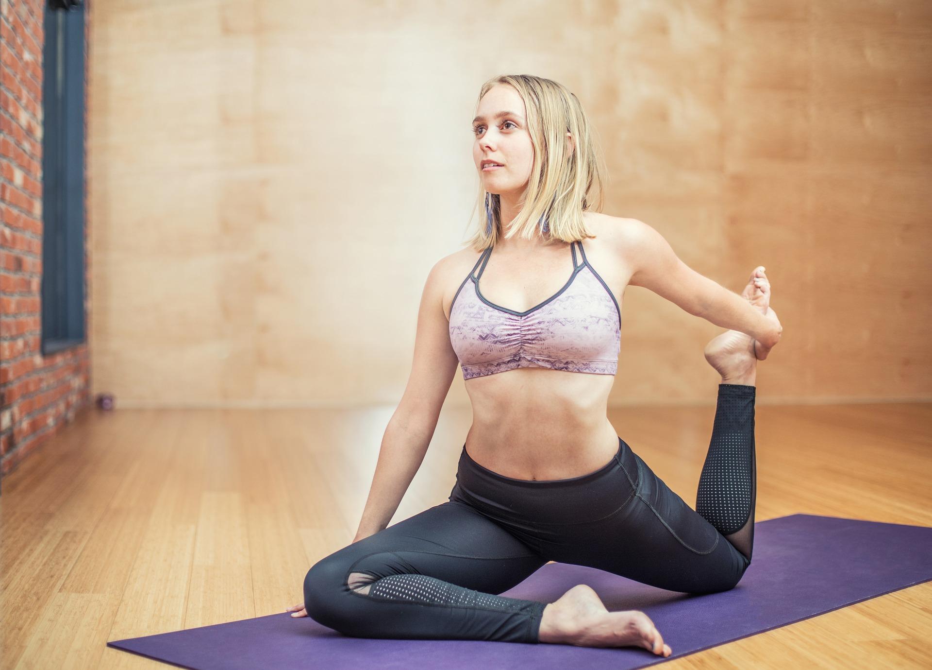 Frau praktiziert Yoga Fitness Alpbachtal