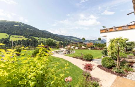Garten Blick talauswärts im Familienhotel Alpbachtal
