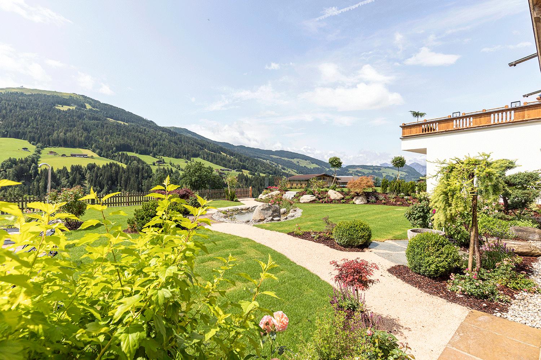 Garten-Blick-talauswärts-2 im Wellnesshotel Alpacherhof in Tirol