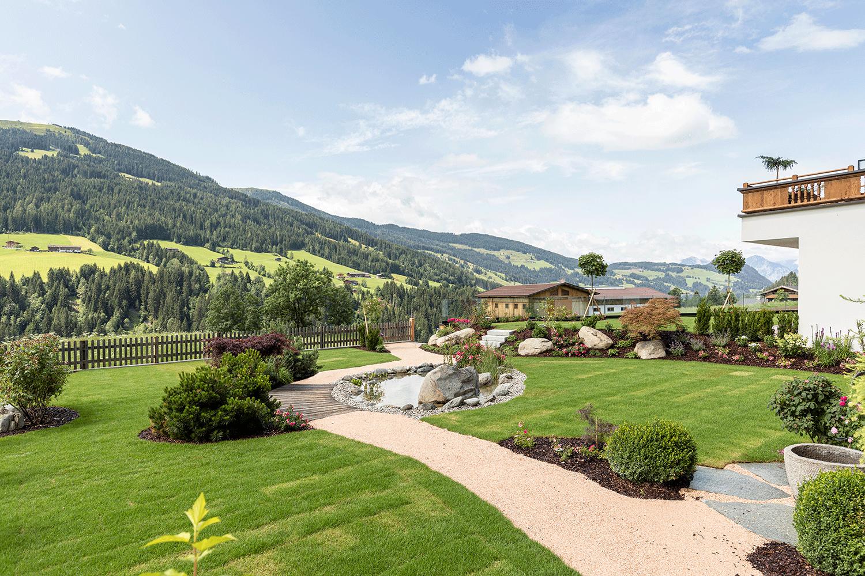 Garten-Blick-talauswärts im Wellnesshotel Alpacherhof in Tirol