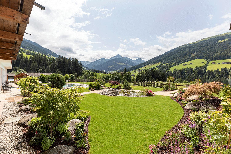Garten-Richtung-Galtenberg im Wellnesshotel Alpacherhof in Tirol