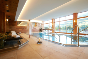 Innenpool mit Ausblick im Wellnesshotel Alpbachtal