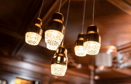 Lampen an der Bar im Wellnesshotel Alpbacherhof in Tirol
