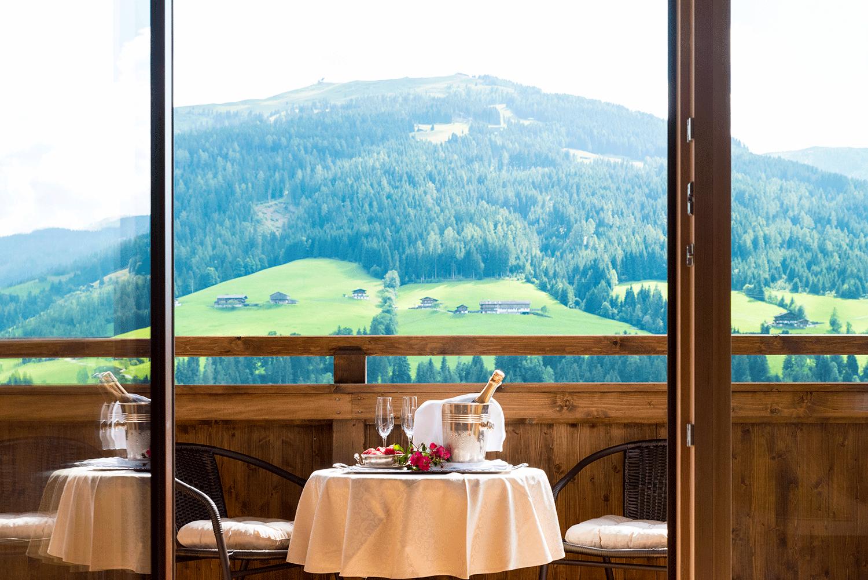 Suite Traumblick Balkon mit Sekt im Wellnesshotel Alpbacherhof in Tirol