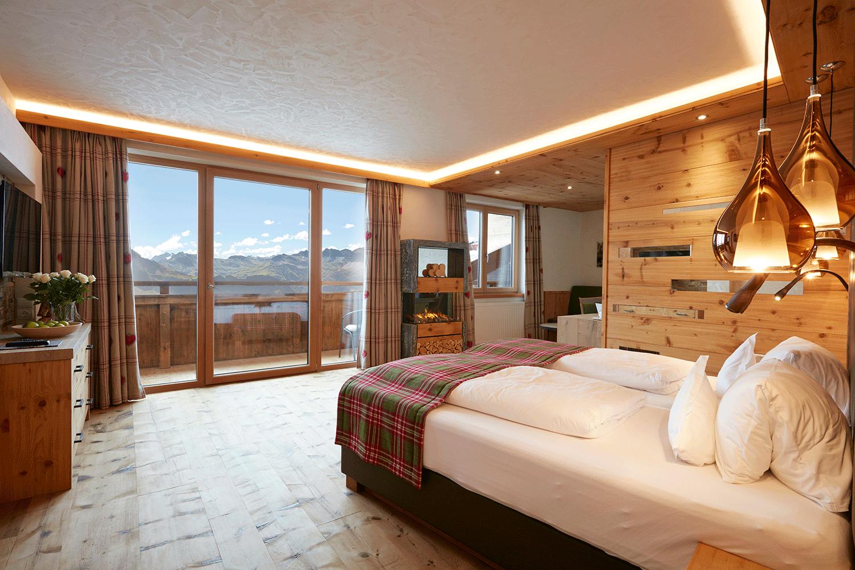 Suite Traumblick Bett und Aussicht im Wellnesshotel Alpbacherhof in Tirol