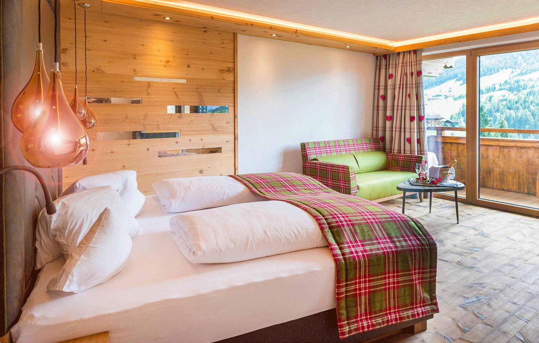 Suite Traumblick Bett und Couch im Wellnesshotel Tirol