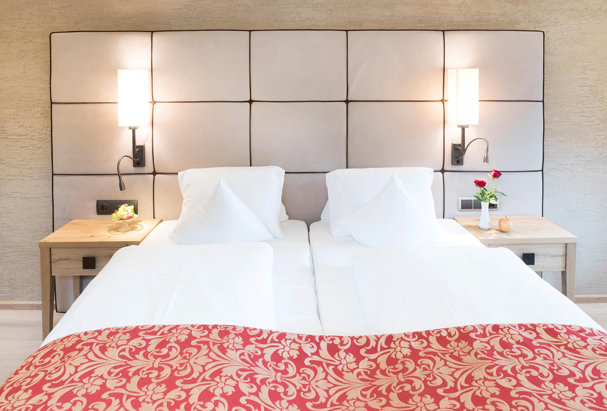 Wohnkomfortzimmer Alpbach Bett im Wellnesshotel Alpbacherhof in Tirol
