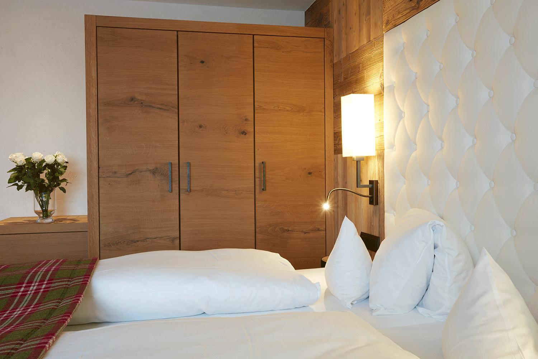 Wohnkomfortzimmer Alpin Bett im Wellnesshotel Tirol