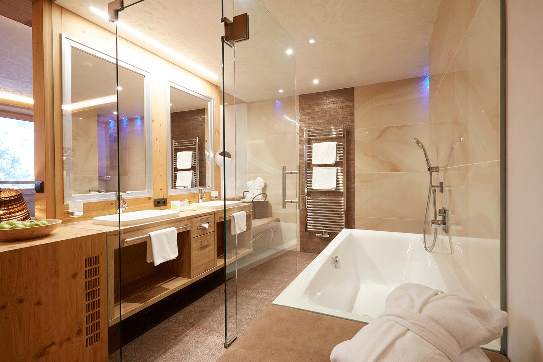 Wohnkomfortzimmer Juwel Bad 1 im Wellnesshotel Alpbacherhof in Tirol