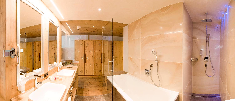 Wohnkomfortzimmer Juwel Badezimmer im Wellnesshotel Alpbacherhof in Tirol