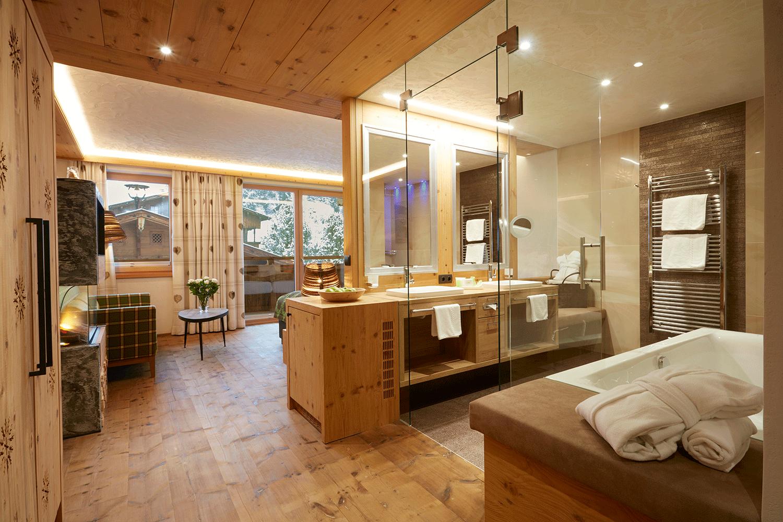 Wohnkomfortzimmer Juwel Zimmer und Bad im Wellnesshotel Alpbacherhof in Tirol