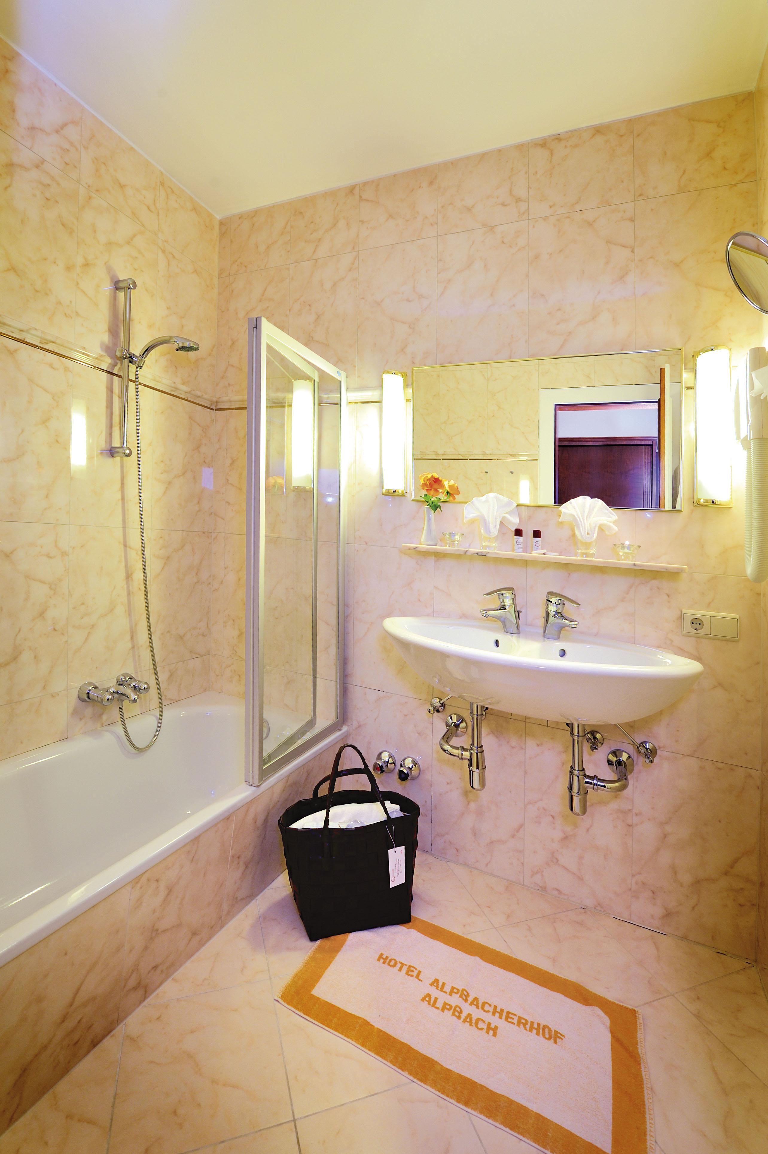 Wohnkomfortzimmer Klassik Bad im Wellnesshotel Alpbacherhof in Tirol