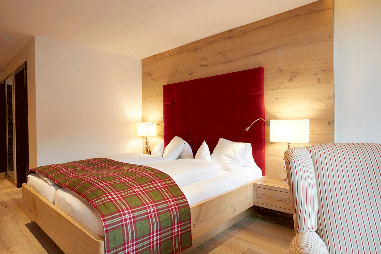 Wohnkomfortzimmer Romantik Bett im Wellnesshotel Alpbacherhof in Tirol