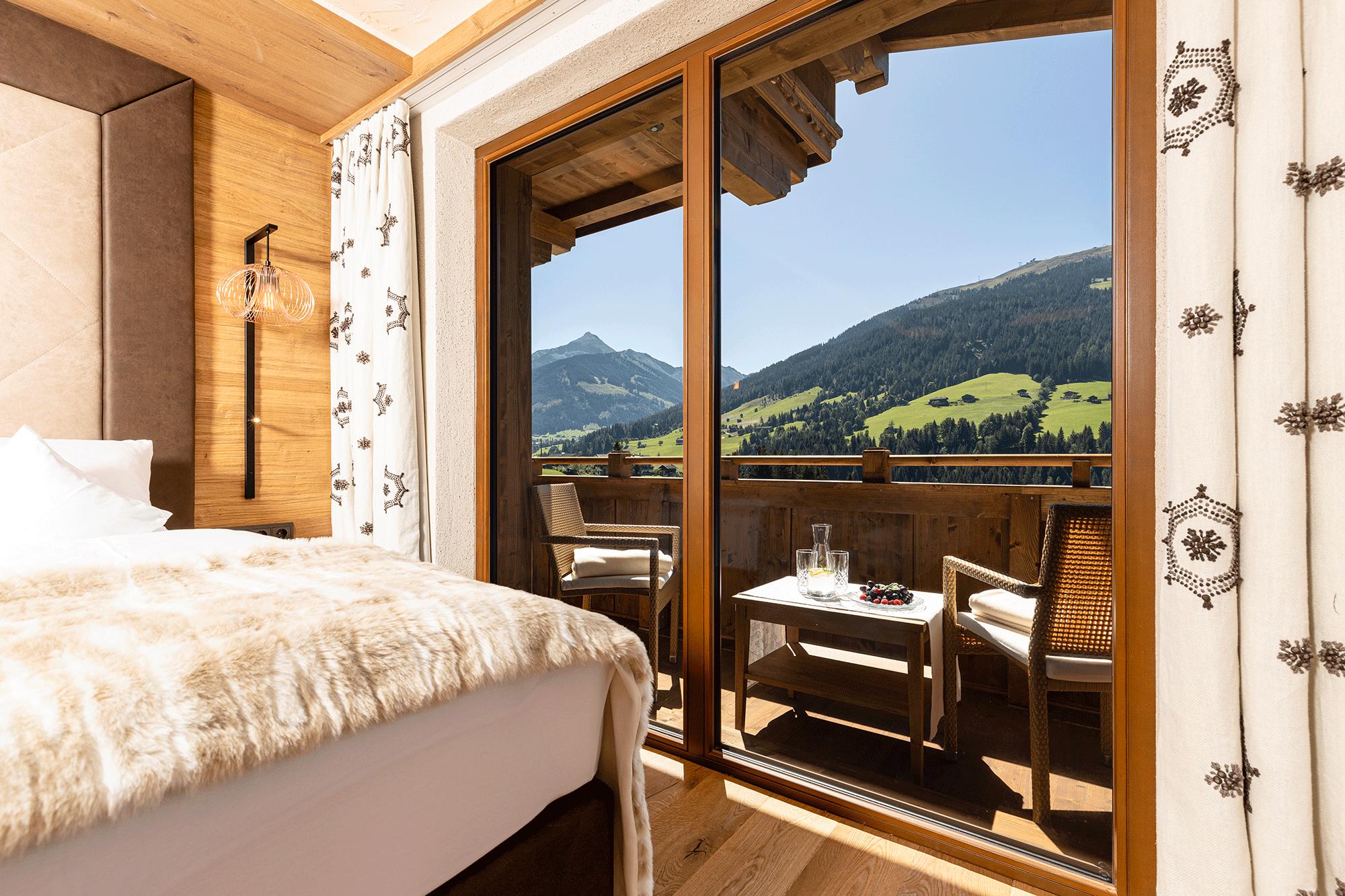 Familiensuite Traumblick Ausblick auf die Bergwelt im Familienhotel Alpbacherhof im Alpbachtal