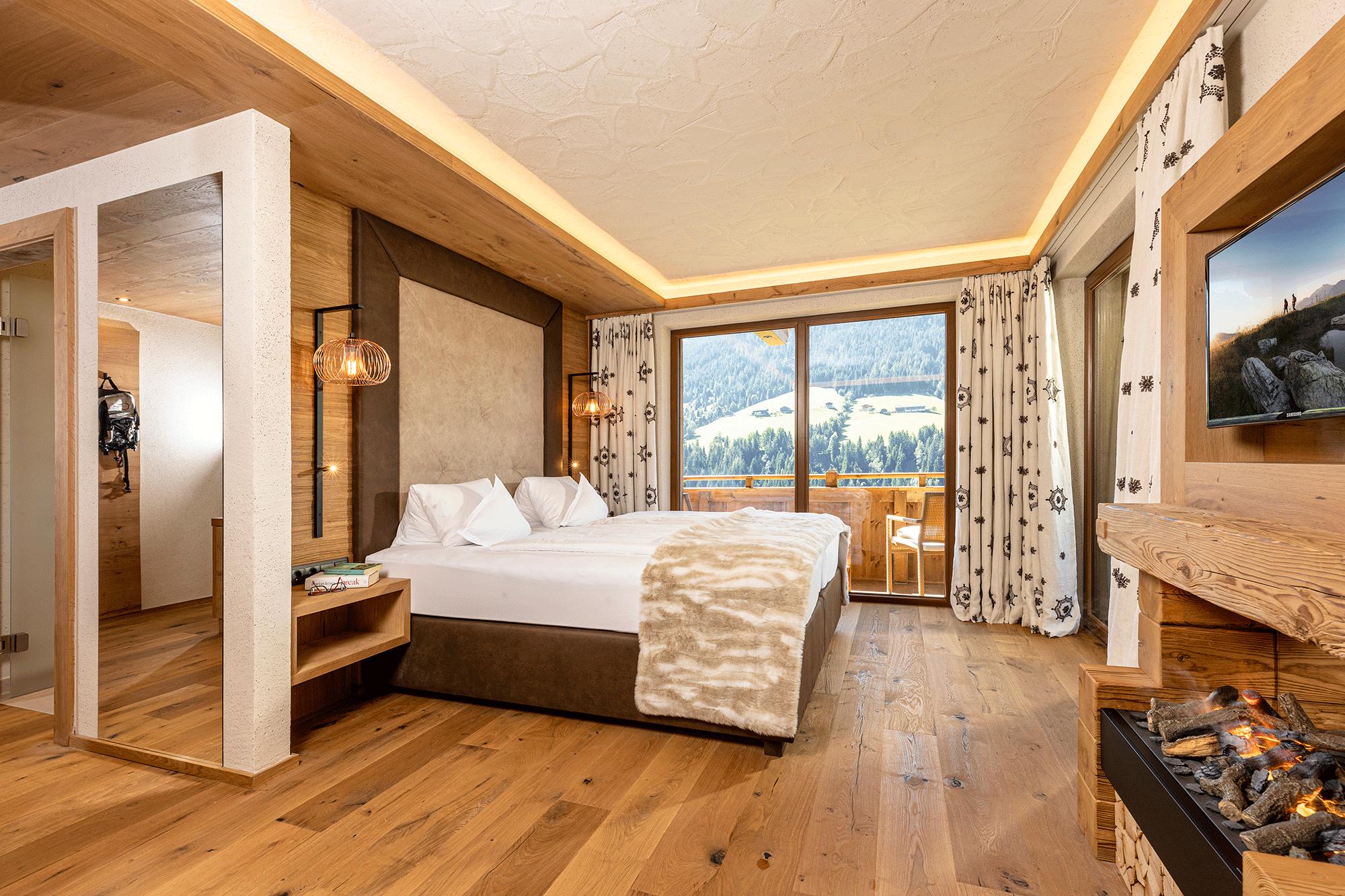 Familiensuite Traumblick Bett und Ausblick im Familienhotel Alpbacherhof im Alpbachtal