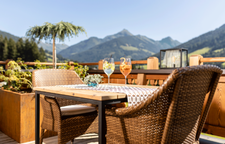 Sonnenterasse mit Spritz im Alpbacherhof dem 4 Sterne Hotel im Alpbachtal