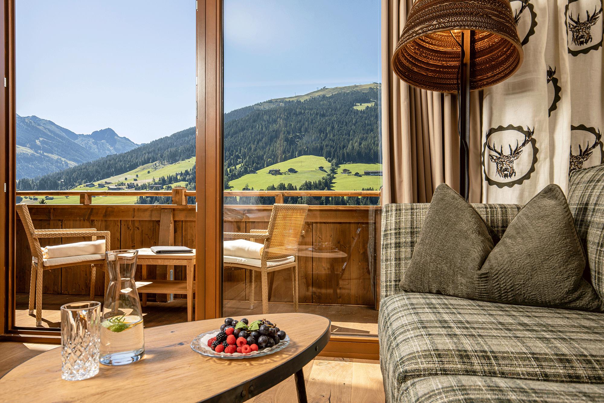 Wohnkomfortzimmer Bergzauber Ausblick von drinnen im 4 Sterne Hotel Alpbacherhof im Alpbachtal