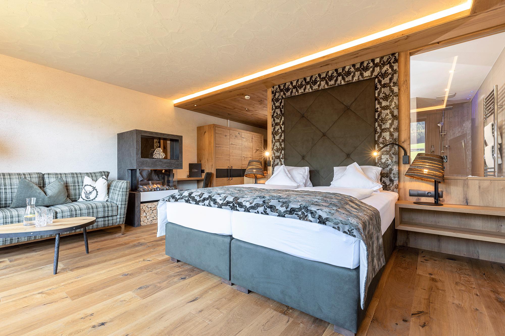 Wohnkomfortzimmer Bergzauber Bett im Wellnesshotel Alpbacherhof im Alpbachtal