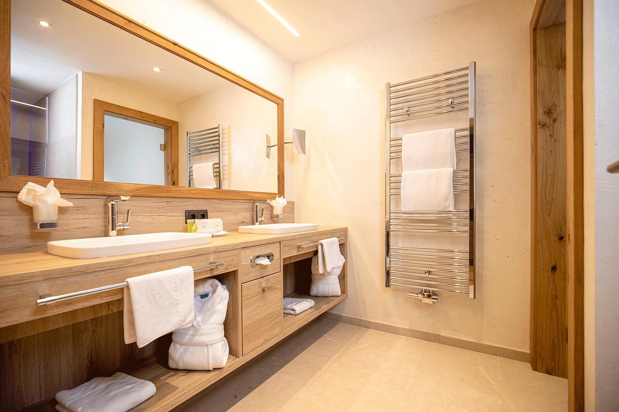 Wohnkomfortzimmer Romantik Badezimmer im Wellnesshotel Alpbacherhof nahe des Skigebierts Ski Juwel