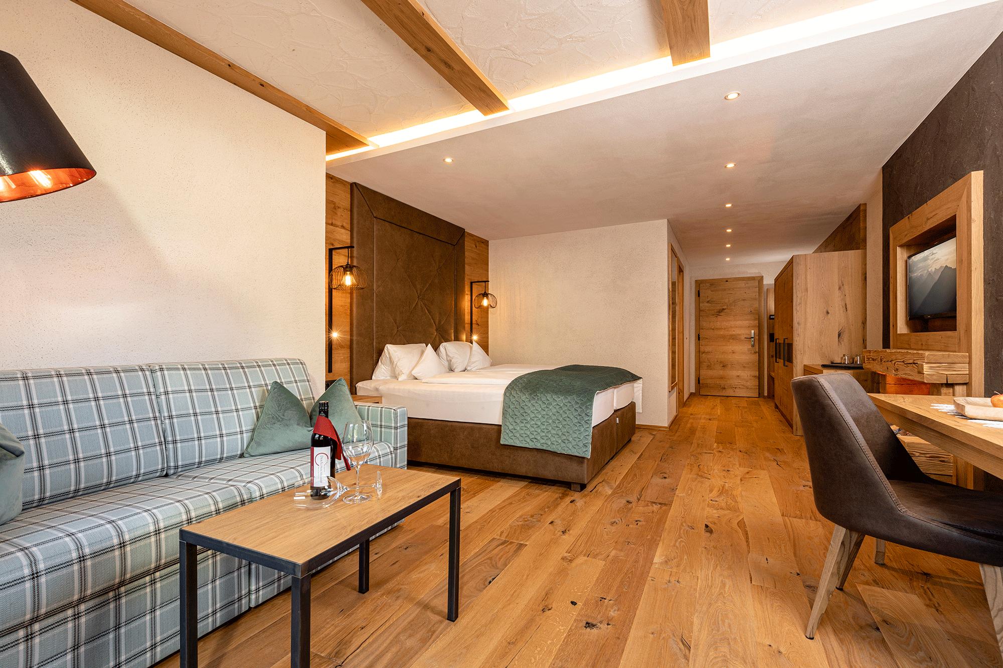 Wohnkomfortzimmer Romantik mit Sitzgelegenheit im Wellnesshotel Alpbacherhof nahe des Skigebiets Ski Juwel