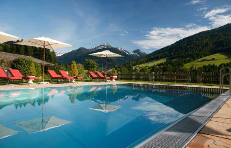 Aussenpool mit Aussicht im Hotel Tirol Alpbacherhof in Alpbachtal