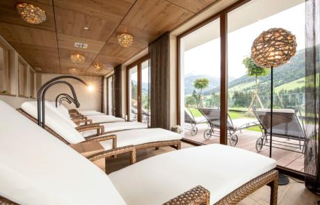 Blick vom Ruheraum auf die Terrasse vom Hotel in Tirol