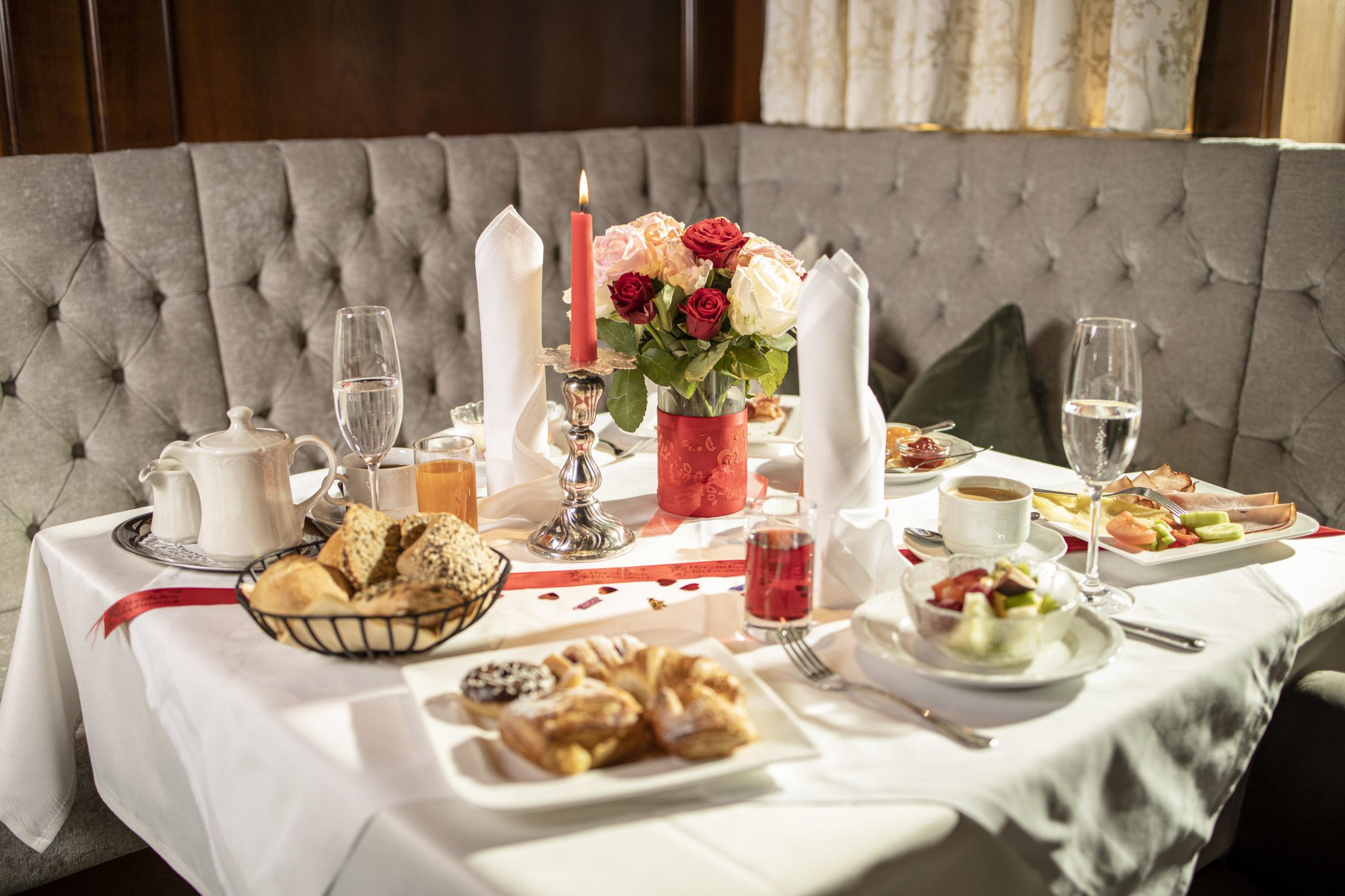 Festlich gedeckter Frühstückstisch im Genusshotel Alpbacherhof im Alpbachtal Tirol