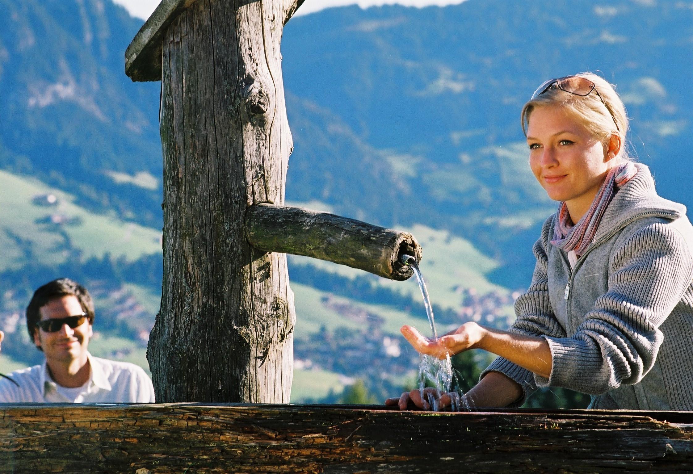 Wasser aus Brunnen im Alpbachtal Kurzurlaub Tirol