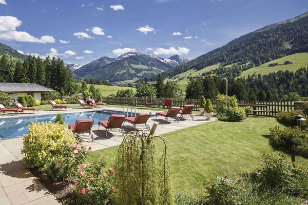 Schwimmbad und Ausblick im Hotel Tirol