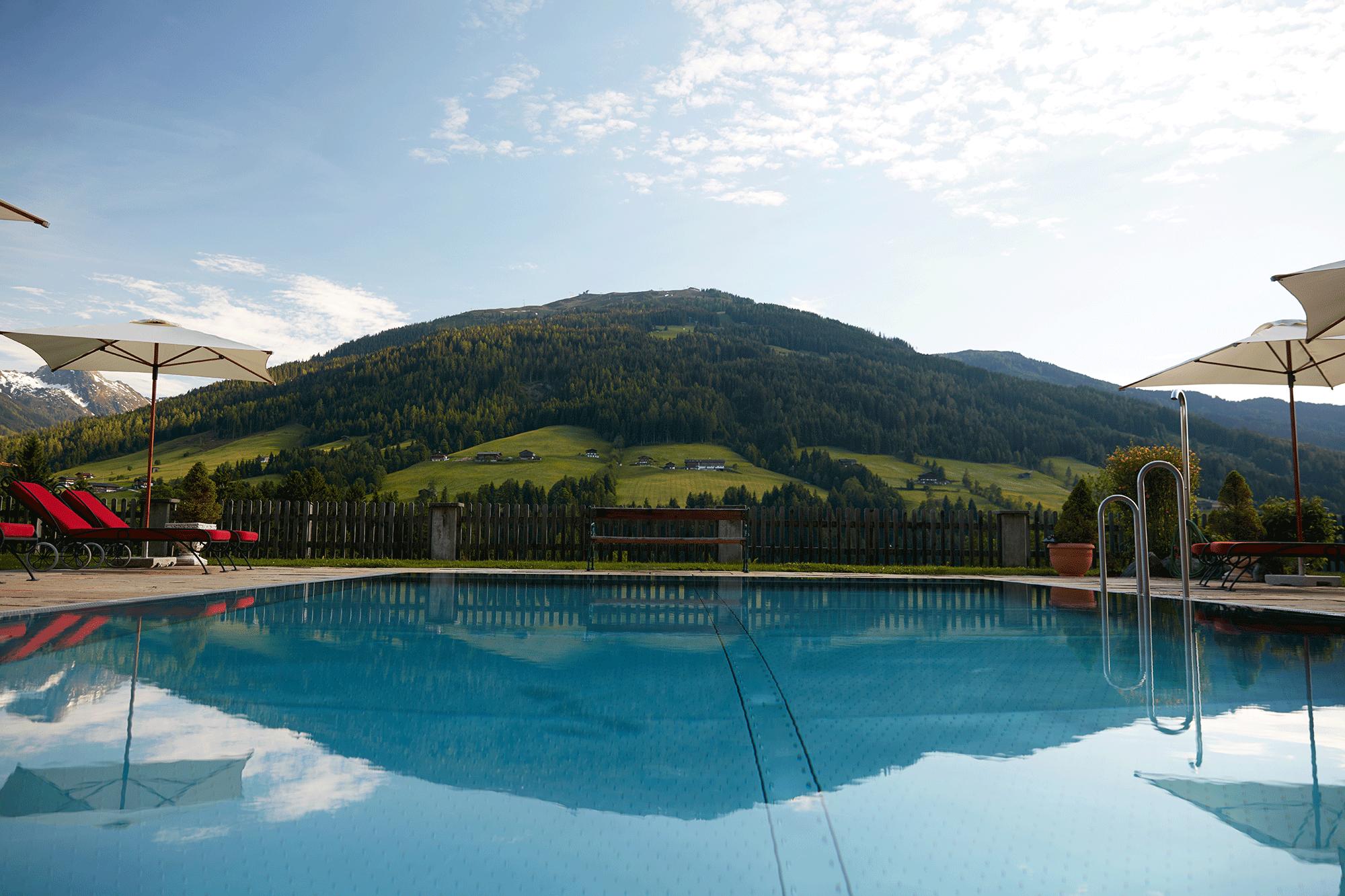 Außenpool mit Ausblick im Hotel Tirol