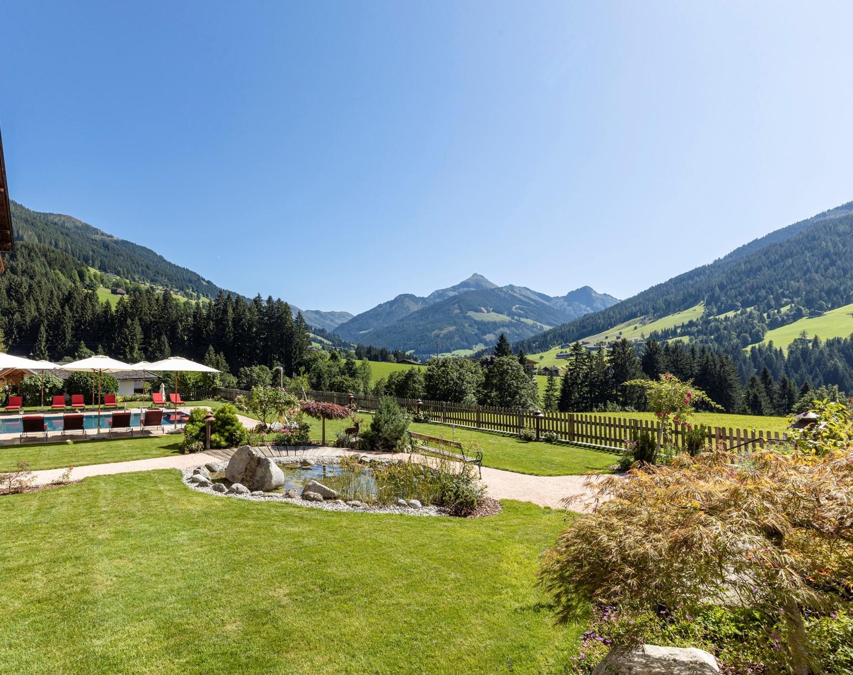 Wellnessgarten mit Panoramablick im Naturhotel Alpbachtal