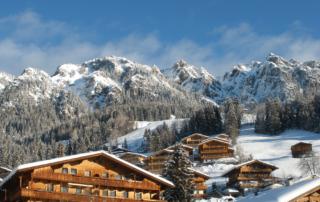 Alpbach im Winterurlaub im Alpbachtal mit Blick auf die Erbhöfe