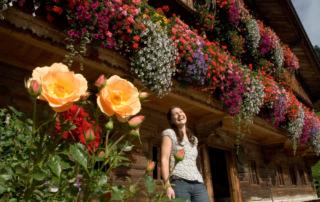 Blumenpracht an den Häusern in Alpbach im Alpbachtal