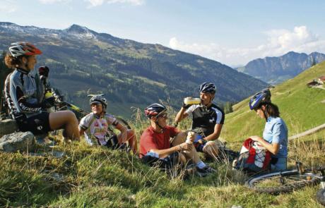 Bikergruppe bei Rast im Alpbachtal Hotel E-Bike Alpbachtal