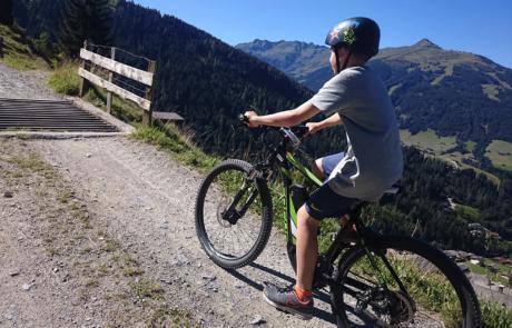 Kind beim Biken Alpbachtal mit E-Bike