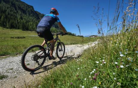 Fahrradfahrer Brixlegg mit E-Bike Alpbachtal