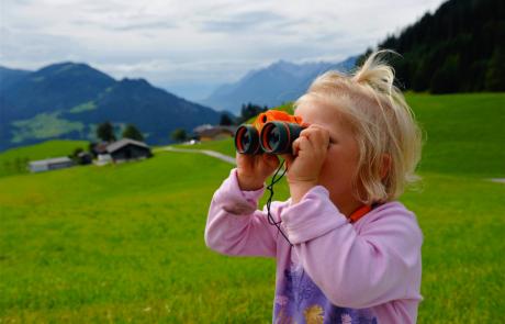Juppi Zauberwald Kind mit Fernrohr beim Familienurlaub Alpbachtal