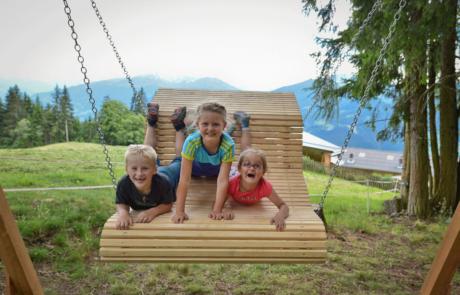 Juppi Zauberwald Kinder auf Schaukel beim Familienurlaub Alpbachtal