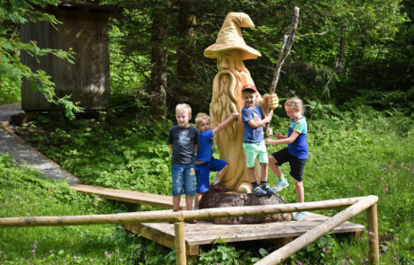 Juppi Zauberwald Kinder bei Statue beim Familienurlaub Alpbachtal