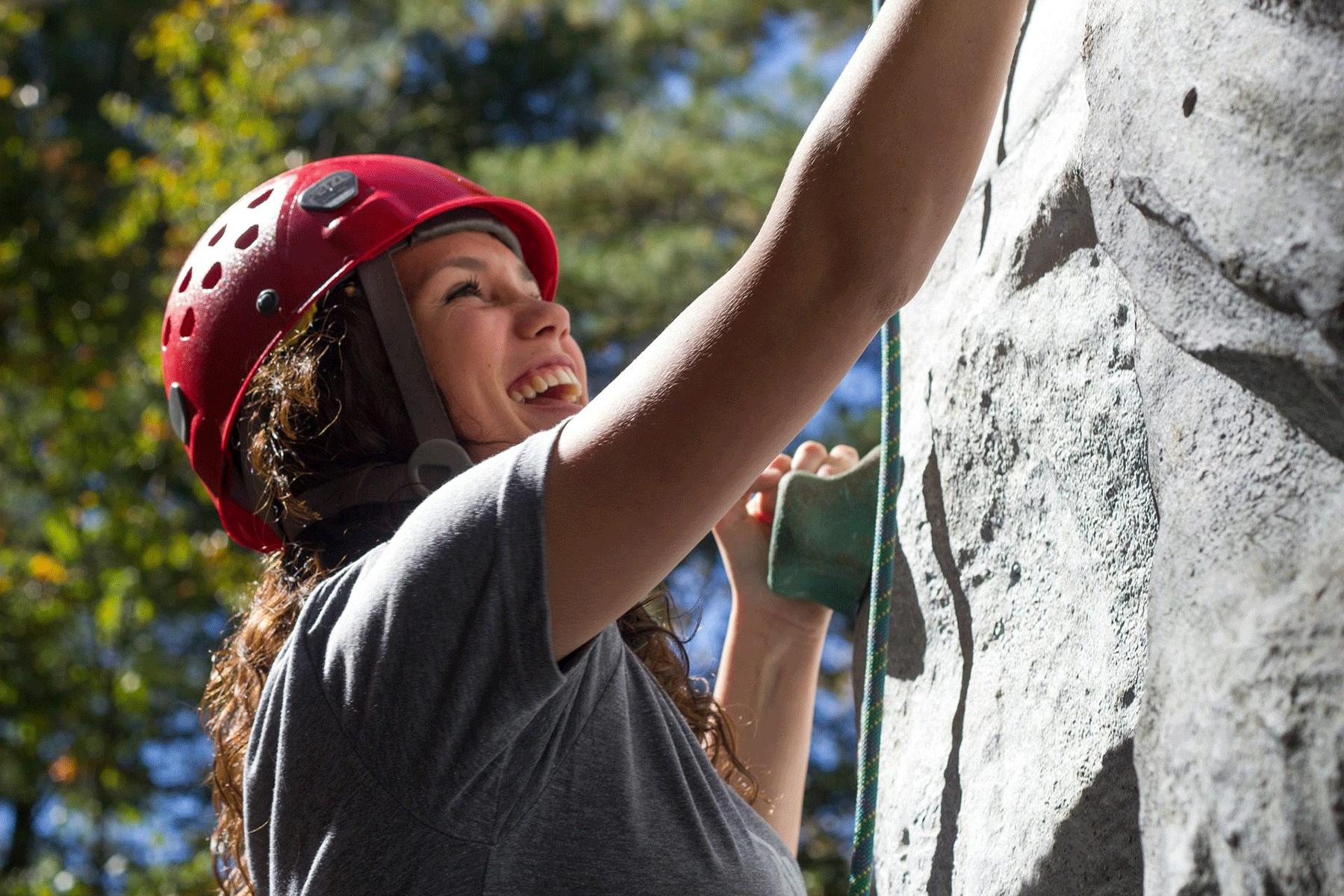 Frau beim Klettern Alpbachtal