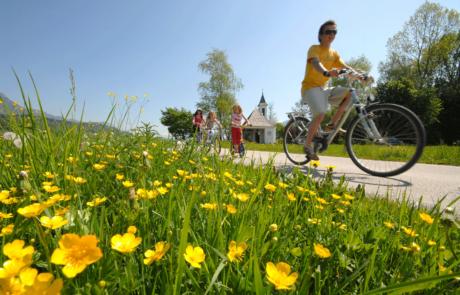 Radfahrer Innradweg Familie beim Biken Alpbachtal