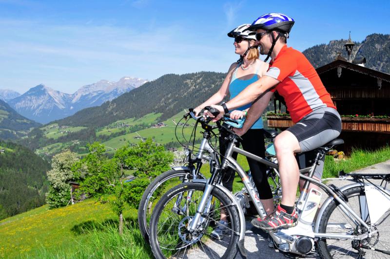 Radfahrer mit E-Bike Leermoos beim Mountainbiken Alpbachtal