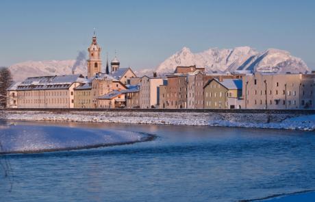 Rattenberg mit Fluss im Winter beim Kurzurlaub Tirol
