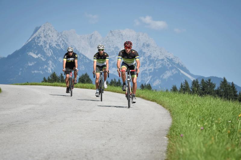 Rennradfahrer im Alpachtal beim Biken Alpbachtal