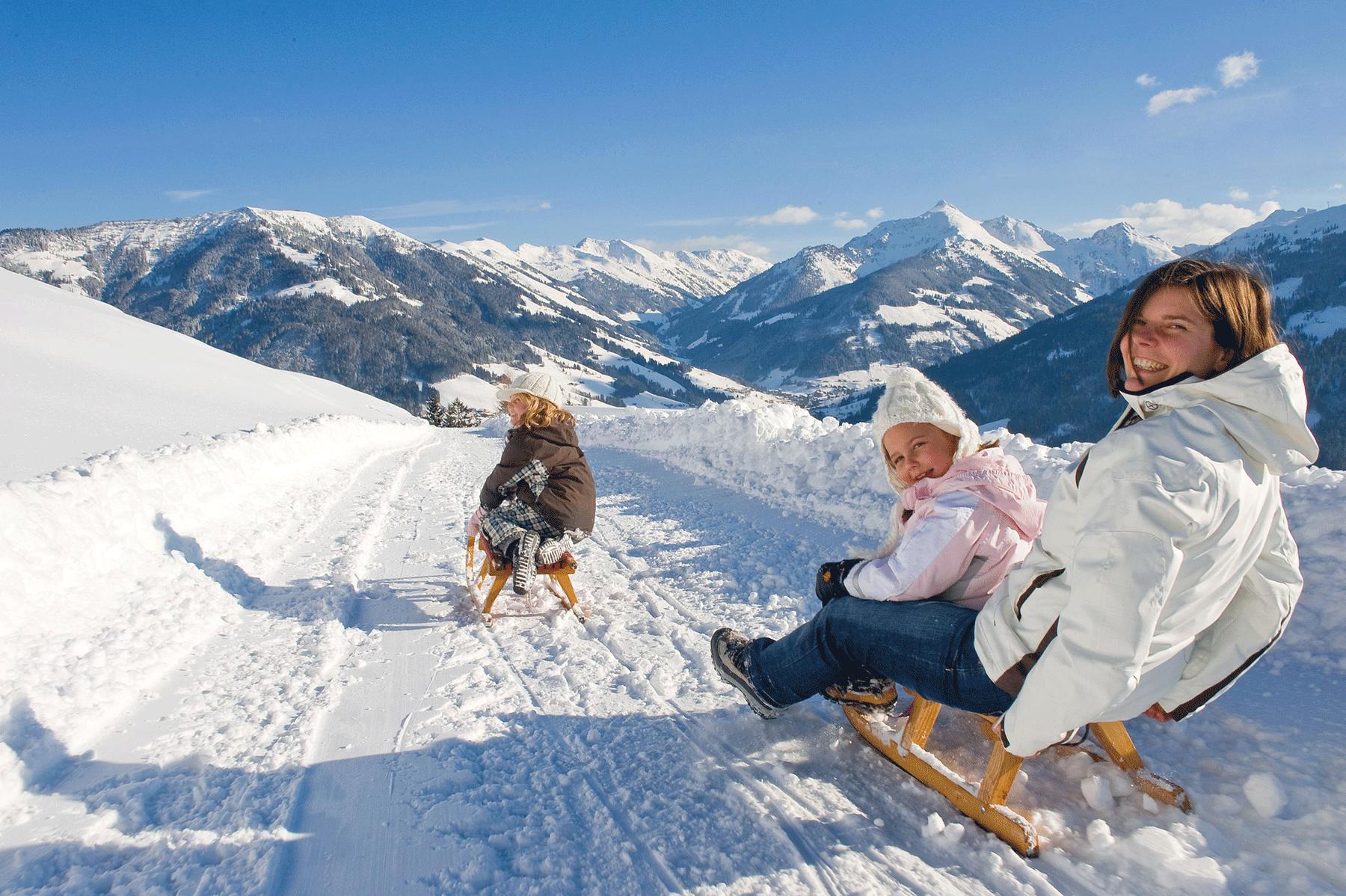 Frau mit Kindern beim Rodeln Bischoferalm Rodeln Alpbachtal