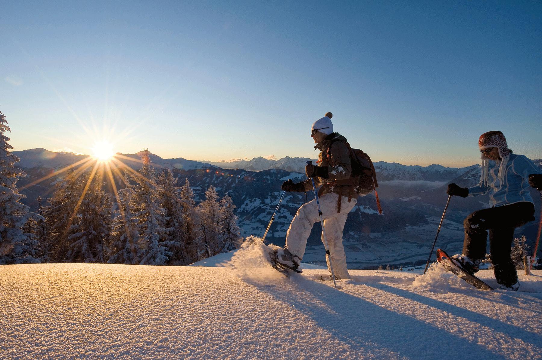 Schneeschuhwandern im Alpbachtal mit Sonnenuntergang beim Akivurlaub Alpbachtal