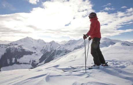 Skifahren mit Ausblick Hotel Skigebiet Tirol