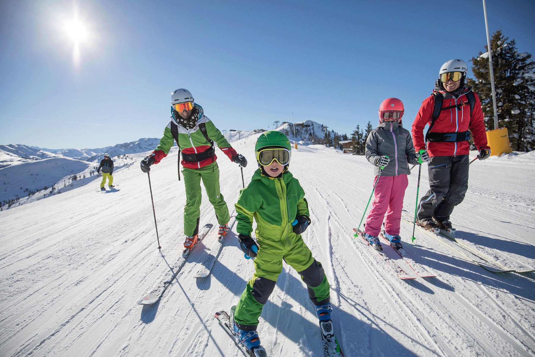 Skifahrer Familie in Auffach Schatzberg beim Winterurlaub Kitzbüheler Alpen
